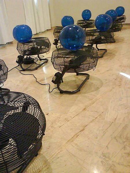 Ventiladores y Globos Azules en el MARCO